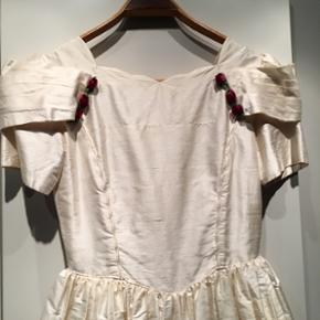 Sødeste brudepiger kjole/ Konfirmationskjole.  Ren silke med underskørt Kan jo evt. Syes om.