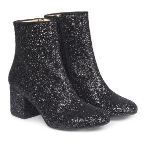 Støvlet i glitter. Støvlen er i blødt skind. Hælhøjde på 6,5 cm. Kun prøvet på et par gange!
