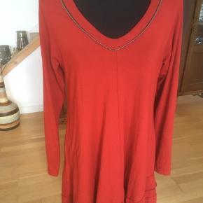Lang rød asymmetrisk bluse/kjole Der står str 2. Viscose og elastane. Brystmål er 100 cm