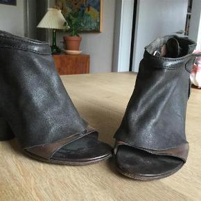 Sendes med DAO Skoene er ikke brugt ret meget. De skal se lidt brugte og rustikke ud.  Super smarte.  Utrolig smarte high heals. Smukt rustikt look. Farve: Sort Oprindelig købspris: 2200 kr.