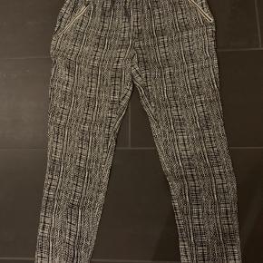 Helt nye bukser fra second female str xl. Kun mærket er klippet af. Lommer i sider med lynlåse og elastikkant i livet.  Nypris 599kr  Køber betaler Porto.