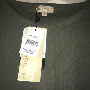 """Sælger denne basic t-shirt i army grøn.  Da den aldrig er blevet vasket, er helt ny, og har været ligget sammen, sælger jeg den til halv pris, da jeg ikke ved om """"pletten"""" kan komme af.  For købsaftale af min t-shirt, vil jeg gerne forsøge at vaske den, hvis ønskes. 🤗 Mvh Julia Maria."""