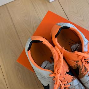 Nike 'Tiempo' fodboldstøvler i lysegrå og orange farver. Str. 45,5.