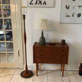 Vintage standerlampe / gulvlampe i messing og teaktræ.  Lampen er af messing og har detaljer i teak. Lampen står rigtig godt fast fordi foden er tung.  Den bruger en almindelig størrelse lampeskærm og der er stativ til den. Lampen virker fint.  Højde 134 cm inkl stativ til skærm.   Afhentes hos mig på indre Nørrebro i København.