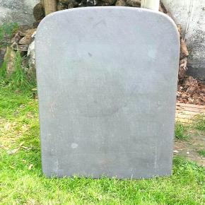 Brændeovns gulv plade Grå/ sort sten plade. Måler : Længde 110 cm. Bredde 85 cm. Tykkelse 2 cm. Flot stand. Skal afhentes i 9440 Aabybro