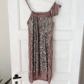 Day birger et mikkelsen kjole str. 38. Brugt men i rigtig fin stand. NP: 1500, MP: 300