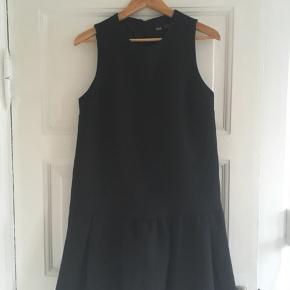 Flot kjole i kraftig let kviltet kvalitet. Lidt Cecilie Bahnsen-agtig. Brugt omkring 4 gange og ser næsten ud som ny. Kan afhentes i kbh