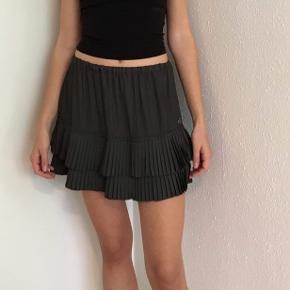 Super elegant mørkegrå kort nederdel fra Maison Scotch str. 1 / str. XS sælges. Kun brugt et par gange. Talje 66 cm - der er desuden elastik i talje, og de 66 cm er målt, når elastikken ikke er brugt. Længe 35 cm. Se også mine andre spændende annoncer🌸