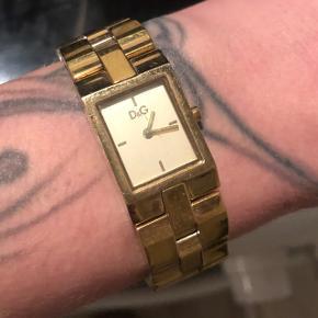 Sødt armbånds ur fra D&G i guld belagt . Kvittering haves ikke , da det var en gave 🌸
