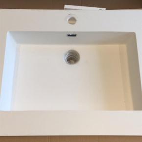 Brand: Invita Varetype: Invita håndvask Corestone West White Størrelse: 1032x505x145 Farve: Hvid Oprindelig købspris: 5800 kr.  Smuk og helstøbt håndvask i Corestone West White til badskabe. Vasken er tilpasset badskabe med en dybde på 47,5 cm.  Håndvasken er af Corestone West White der er et særlig smukt og holdbart materiale til håndvaske. Corestone håndvaske er nemme at vedligeholde, hvilket gør den daglige brug til en fornøjelse.   Denne håndvask er altså en perfekt kvalitetsløsning til den stilbevidste forbruger som ønsker at forene skønhed med hverdagens behov.  Håndvasken sælges da den er 1 - 2 mm skæv i afløbet. Dette kan nemt løses med en gummifuge eller ekstra pakning der efterspænder og stabiliserer bundproppen.   Den har været monteret, men er ubrugt.