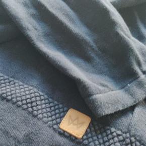 Lækker sweater med tekstur i stoffet.  Kommer selvfølgelig uden huller eller kosmetiske fejl.   Kan afhentes i Hillerød eller sendes.  Se gerne andre annoncer for mere tøj
