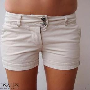 Varetype: Beige sand sandfarvet korte shorts chino chinos shorts klassiske Farve: Beige Oprindelig købspris: 300 kr.  Super fede korte Papfars pige shorts :-)  De sælges for 50 + porto :-)