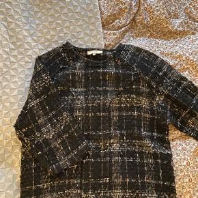 Super fin sweater fra iro, den er str.40 men kan også passes af en str. 36/38