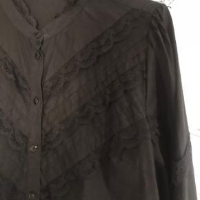 Pieces kjole med flæser Str s - brugt et par gange, men stadig god stand 150kr