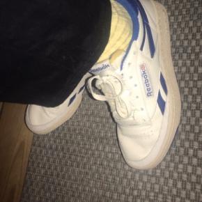 Hvide Reebok sko i modellen revenge Plus vintage. Er kun brugt et par gange og fejler dermed intet:) Byd gerne:)