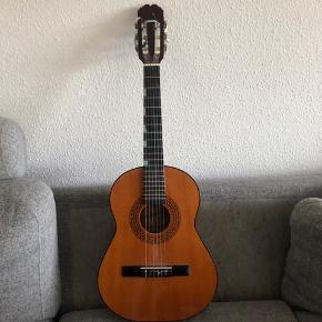 Har købt denne guitar af min ven, ved ikke hvor længe han havde haft den. den har udelukkende stået til pynt herhjemme. Jeg har INGEN forstand på guitare, så jeg kan nok ikke svare på så meget, men den har alle strenge, og min kammerat har spillet på den, han siger den er tip top 😊  Fra mærket Admira