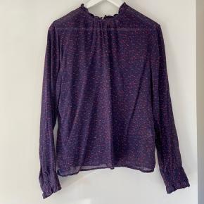 Bluse fra Custommade, style Jasmyn Lynlås i nakken, under top følger ikke med.   Køber betaler fragt.