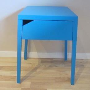 """""""SELJE"""" natbord fra IKEA. Højde: 55,5 cm., bredde: 46 cm., dybde: 37 cm. Pænt og velholdt. Nyprisen er 179 kr.  SENDES IKKE.  natbord Farve: TURKIS/BLÅ"""