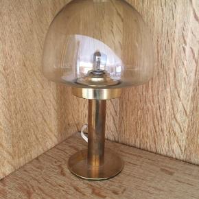 Den lille lampe måler 15 cm, og den store måler 30 cm. Sælgers hver for sig eller samlet. Samlet pris er 200, og hver for sig sælges den lille for 100, og den store for 150kr. Befinder sig i Viby