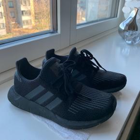 37 1/3 Adidas swift run  SE SIDSTE BILLEDER !!!! Det er min finger man kan lettere se igennem.. for at vise det :-) LETTERE HUL VED SNUDEN DERFOR PRISEN.  Ved sorte strømper er det heller ej så tydeligt!! Prisen er fast !!!
