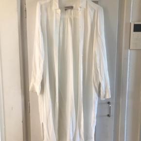 Varetype: Langærmet Farve: Hvid  Lækker skjortekjole, kan bruges som kjole, cardigan eller bare skjorte. Sidder vildt lækker