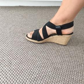 Sandaler med kilehæl i pæn stand. De er desværre blevet for små til mig, så derfor sælges de videre. Tænker 175 kr plus porto.