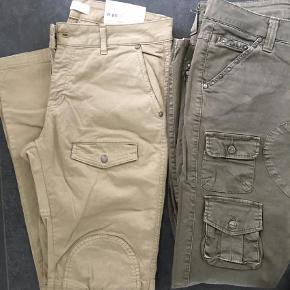 Varetype: Bukser Størrelse: 30 Farve: Army Oprindelig købspris: 1500 kr.  Superfede jeans /baggy bukser fra sexy woman, model Einstein . De er str s, med stretch og svarer til en 38-40 . Superlækre at have på og med mange detaljer. De sandfarvede/beige khaki er helt nye med tags, og de grønlige khaki har været vasket en gang men som nye. De er sådan lidt rå i det fra starten. Super flotte på men desværre er jeg blevet for tyk. Købt hos hr&fru B