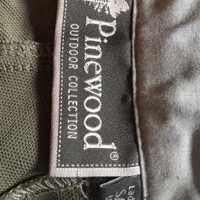 Lækre outdoor shorts fra pinewood, let og behageligt stof.   Stof: 92% Polyester 8%Spandex Jeg har desværre taget nogle kilo på der gør jeg ikke længere kan være i dem.