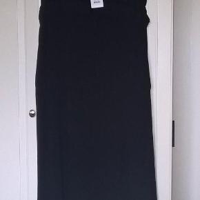Varetype: Elegant *NY* kjole :-) Farve: Sort Oprindelig købspris: 800 kr.  Virkelig fin og elegant kjole fra Noa Noa - aldrig brugt og stadig med mærke.   Over brystet måler den 2 x 58 cm i livet måler den 2 x 52 cm, men kan strækkes til 2 x 62 cm Over hoften måler den 2 x 65 cm  Mindstepris 385pp - bytter desværre ikke :-)