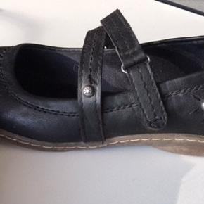 Velholdt og elegant Ballerina sko med lille velcolukning Str. 36 - Indvendig mål: 23 cm.  Pris 40 kr. + evt. forsendelse