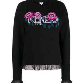 Skønneste Kenzo bluse med smukt logo og detaljer ved ærmer og forneden af blusen.. Fåes ikke smukkere og blødere.. Nypris 2.000,- Bytter ikke!