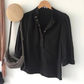 Sort skjorte med 3/4 ærmer Let affarvet deraf pris (brug evt Dylon sort farve for opdatering)