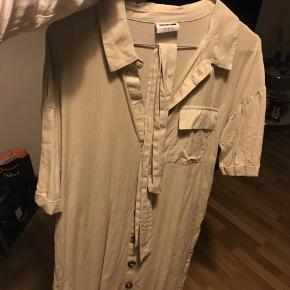 Sælger denne søde kjole. Mener normal prisen var 450, men er ikke sikker. Den er brugt 1 gang, kom gerne med bud ☺️