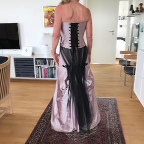 Silkedragt fra Hansen Højmark Couture. Lille taske medfølger samt underskørt.