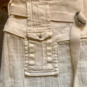 Super fin nederdel i en lille str 40. Den har høje slidser hvilke gør den let og frisk 💃 den er mega fin med en stram strop top 👍🏻 og evt fine sandaler ☺️  Se også alle mine andre annoncer 💃  Byd!