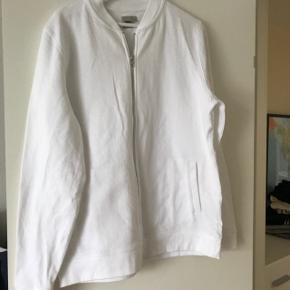 Hvid lækker cardigan/trøje. Aldrig brugt  Prisen er fast og inkluderet fragt med dao Fra røgfri eller dyrefri Kan os hentes for 100kr