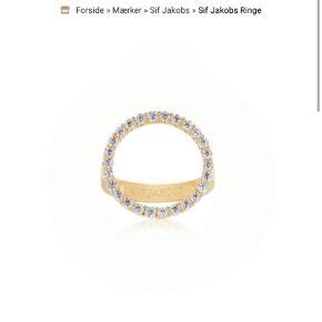 Pæn Sif Jakobs ring. Jeg bruger normalt str. 54 på min ringefinger, og der er den en smule for stor, så det må være en str. 55/56. Den er aldrig brugt og fremstår som ny. BYD gerne 😄