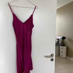 Super smuk natkjole i 100% silke. Aldrig brugt.