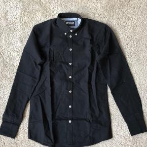 Helt ny minimum skjorte.  Jeg har to - sælger dem for 50 pr stk.  Kan afhentes i Kbh K eller sendes med DAO.