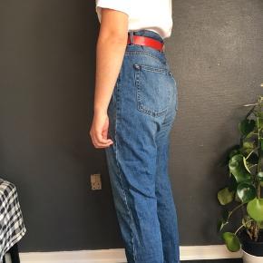 Lækre mom jeans fra Dr. Denim i modellen Nora i str. 32/30. Der er ikke nogle synlige tegn på slid. Ses på en small