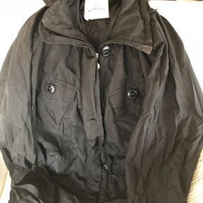Varetype: jakke Størrelse: 2 Farve: Sort Prisen angivet er inklusiv forsendelse.