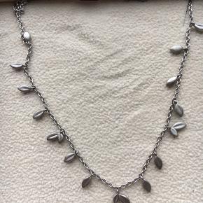 Sælger denne fine halskæde for min mor. Hun har aldrig brugt den. Købt sidste år omkring jul.   Bemærk: modellen fra sidste år er mørkere i sølvet end modellen fra i år.