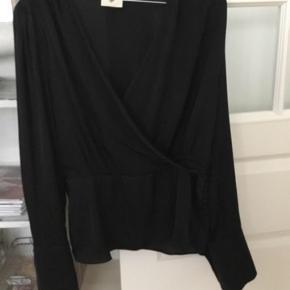 Virkelig skjorte bluse i silke Kun brugt en gang  En af elastik stropperne i siden til de små knapper er gået fra, har dog ingen betydning.