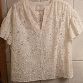 Smuk skjorte i broderi anglaise Brugt en enkelt gang Stor i størrelsen passes af Sog M