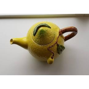 🍋🍋 Den fineste citronkande i stærkt porcelæn med skønne stærke farver. Kan rumme 1,3L og er 19cm høj. 150,- OBS har nogle små nag/skrammer men intet der gør den usikker. Har afprøvet med te og den fungerer som den skal, og holder godt på varmen.