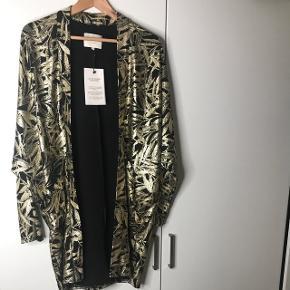 Smuk kimono. Helt ny og ubrugt. Stadig med mærke. Købt for en mdr siden, kan desværre ikke byttes længere. Nypris 699.95 kr