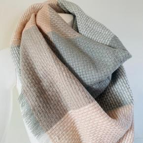 Super lækkert og smukt tørklæde. 20% uld og 80% viskose Måler 130x130 cm Brugt få gange. Der er gået to tråde men det er noget som man kan lave. Der er ikke hul.  Derfor også den billige pris.