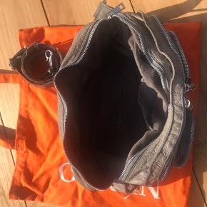Jeg sælger min nunno taske efter 1 års brug. den er i super fin stand. Det eneste sted man kan se slidt hed er ved lynlåsen. Ellers er den super fin🌺