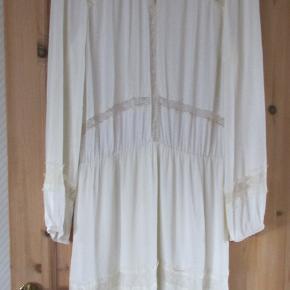 Sød hvid (ikke kridhvid) kjole fra Gestuz str 40, Style Jonna dress Kjolen har mange flotte detaljer, som jeg har forsøgt at tage billeder af. Underdelen er i 2 lag. Materiale 100 % Viscose Kjolen er kun brugt få gerne, så er uden brugstegn. Hel længde ca 101 cm BM ca 2 x 53 cm  Se også mine flere end 100 andre annoncer med bla dame herre-børne og fodtøj.