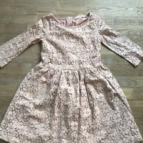 Flot kjole fra H&M i str. 146. Velholdt. Flot mønster og flot gammelrosa farve.